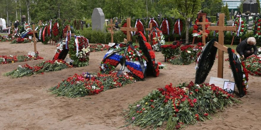 Russia buries naval crew killed in nuclear submarine fire