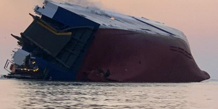 Cargo ship capsizes and catches fire in USA, 4 crew missing