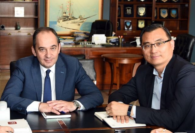 shipping-minister-yiannis-plakiotiakis-and-piraeus-port-authority-chairman-yu-zenggang..jpg
